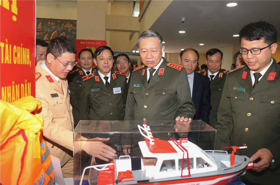 Minister To Lam and the delegates visit the exhibition area at the event.