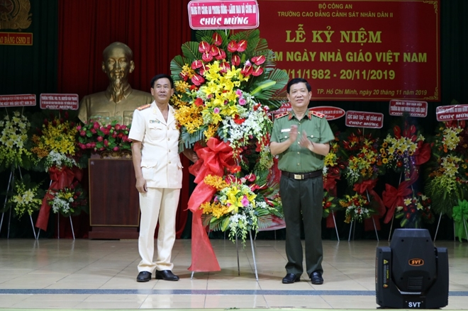 Deputy Minister Nguyen Van Son presents flowers of congratulation to the PPC2.