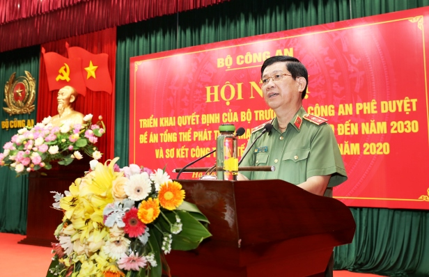 Deputy Minister Nguyen Van Son speaks at the meeting.