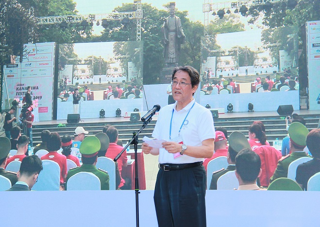 Mr. Umeda Kunio, Ambassador Extraordinary and Plenipotentiary of Japan to Vietnam, delivers a speech at the opening ceremony.