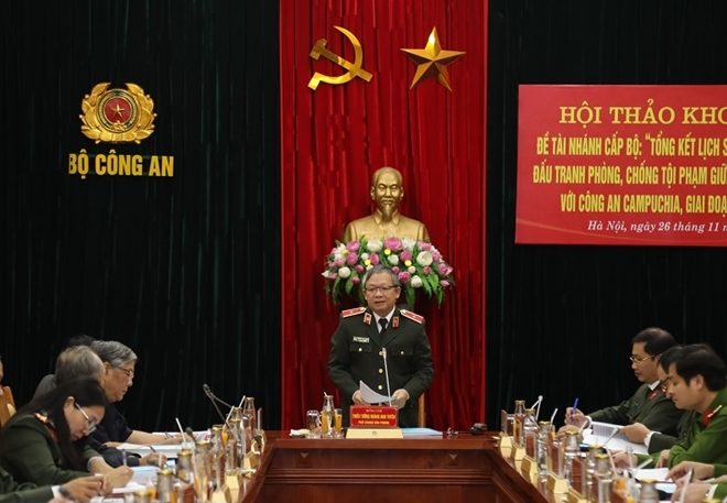 Major General Hoang Anh Tuyen speaks at the workshop.