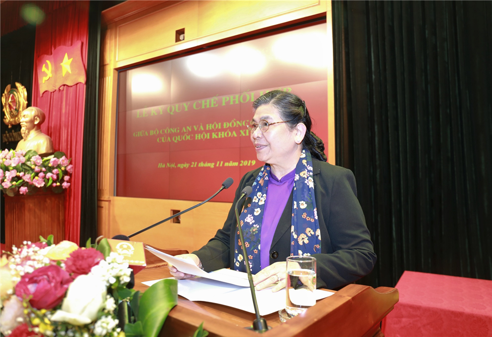 Ms. Tong Thi Phong, Standing Vice President of the National Assembly, delivers a speech at the signing ceremony.