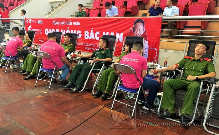 Youth Union members of the Bac Kan Police participated in the Voluntary Blood Donation Day.