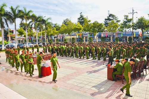 Police officers and soldiers of Binh Thuan province raise VND 500 million for flooding victims.