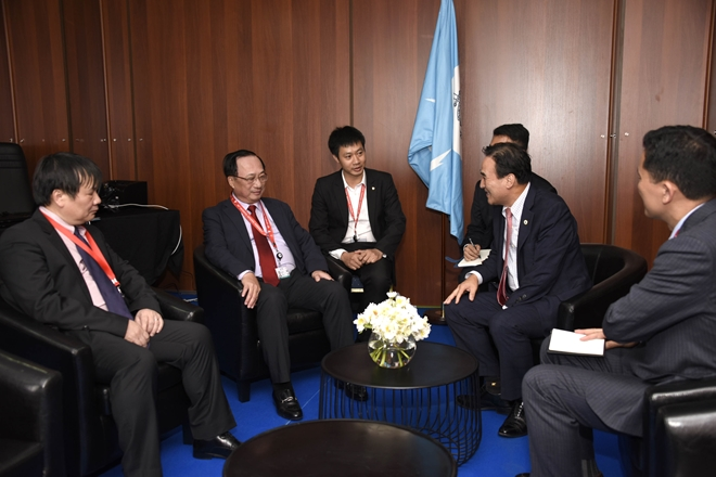 Deputy Minister of Public Security Nguyen Van Thanh talks with INTERPOL President Kim Jong Yang.