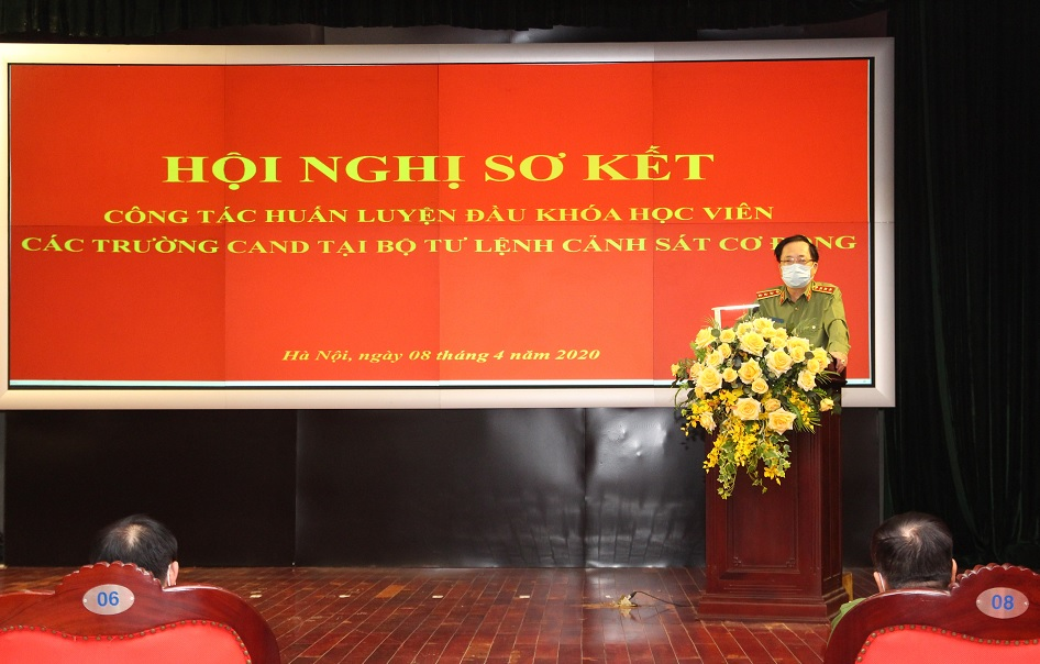 Deputy Minister Nguyen Van Thanh speaks at the meeting.