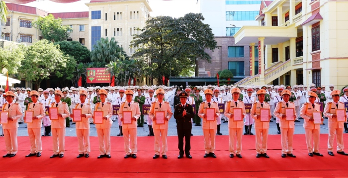 Senior Colonel Le Ngoc Chau, Director of the Hai Duong Provincial Police Department hands the appointment decisions to heads of communal police posts.