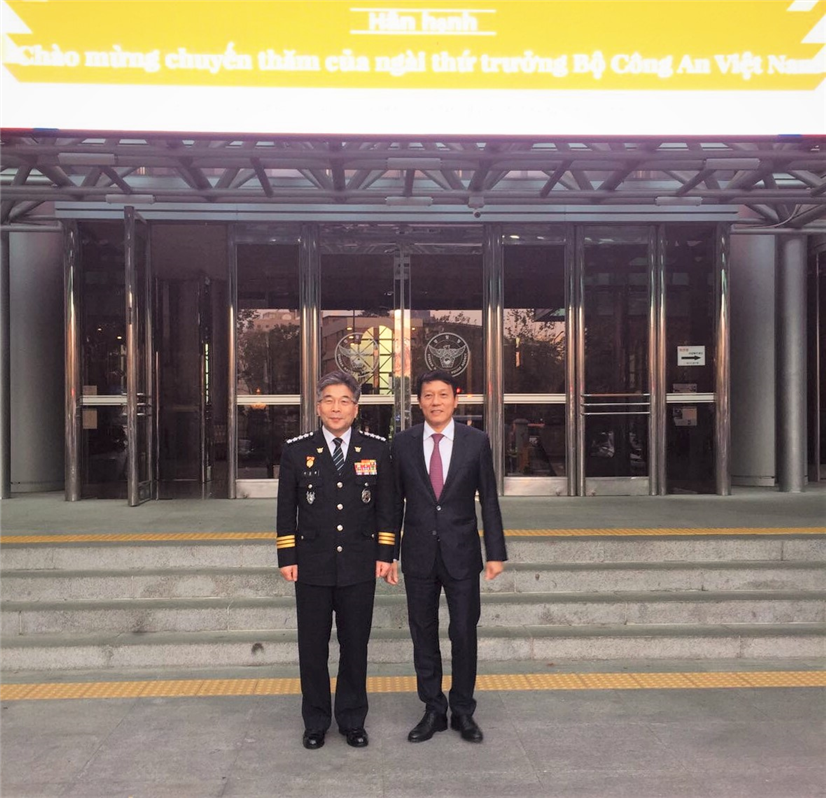 Deputy Minister Luong Tam Quang and Mr. Min Gap Ryong, Commissioner General of the National Police Agency.