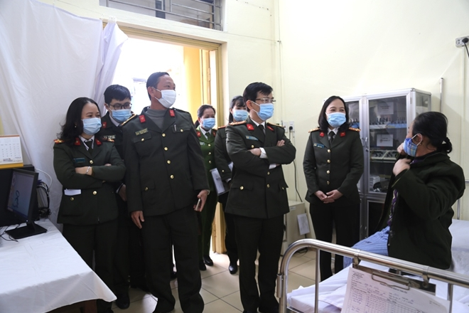 The Public security health delegation visits Nam Dinh police hospital.