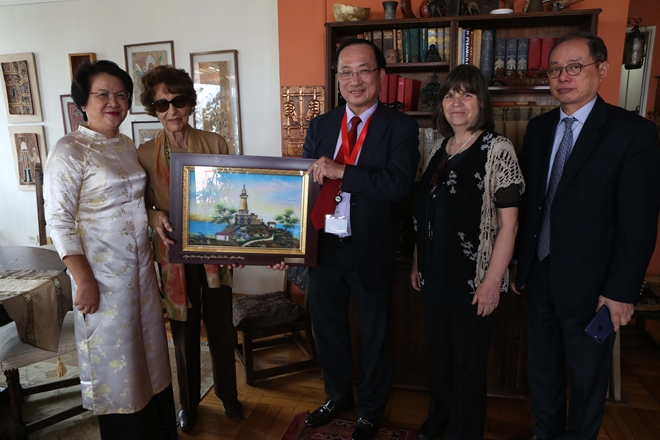 Deputy Minister of Public Security Nguyen Van Thanh presents a souvenir to Ms. Angela Jeria, a close friend of Vietnam, Honorary President of the Chile-Vietnam Cultural Institute and mother of former Chilean President Michelle Bachelet.