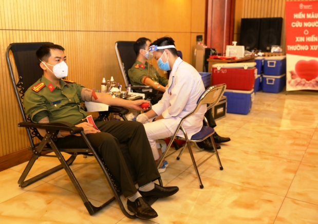 Public security officers and soldiers volunteer to donate their blood for saving lives.