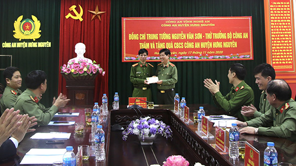 Deputy Minister Nguyen Van Son presents gifts to the Hung Nguyen District Police Station.