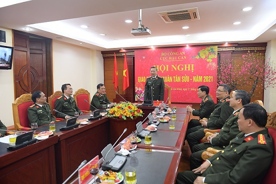 Minister To Lam visits officers and soldiers of the Logistics Department.