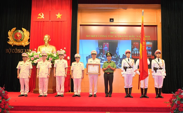 Deputy Minister Tran Quoc To presents the Third-class Labor Order to the MPS Office.