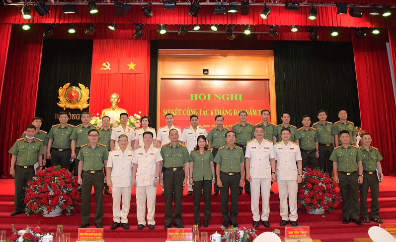 Deputy Minister Tran Quoc To and delegates in a joint photo.