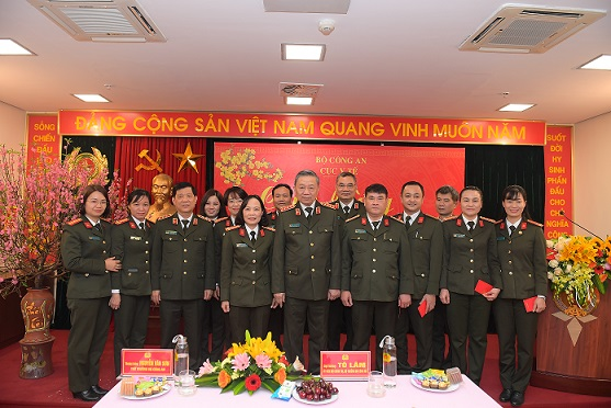 Minister To Lam and officers and soldiers of the MPS's Health Department.