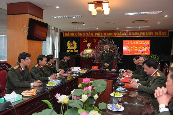 Minister To Lam speaks at the meeting with the Department of Organization and Personnel.