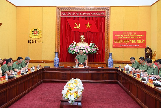 Deputy Minister Luong Tam Quang speaks at the meeting.