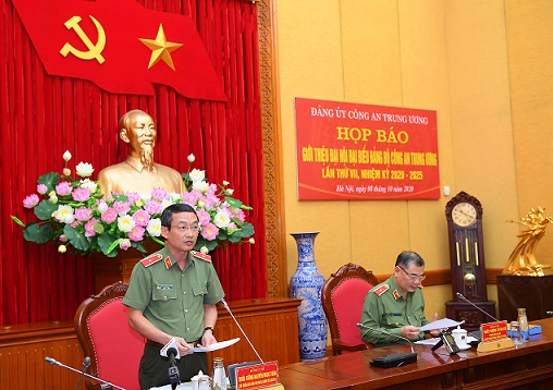 Major General Nguyen Ngoc Toan delivers a report on the preparation and organization of the 7th Public Security Party Congress.