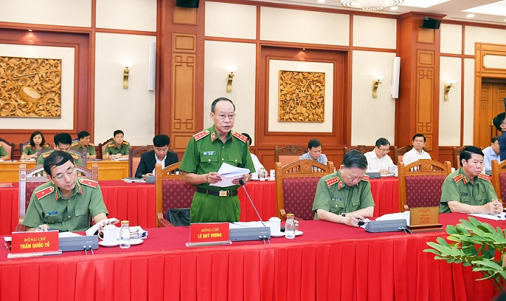 Deputy Minister Le Quy Vuong presents the draft documents for the 7th Public Security Party Congress at the working session.