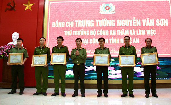 Deputy Minister Nguyen Van Son awards Certificates of Merit to teams and officers with outstanding achievements in implementing their tasks.