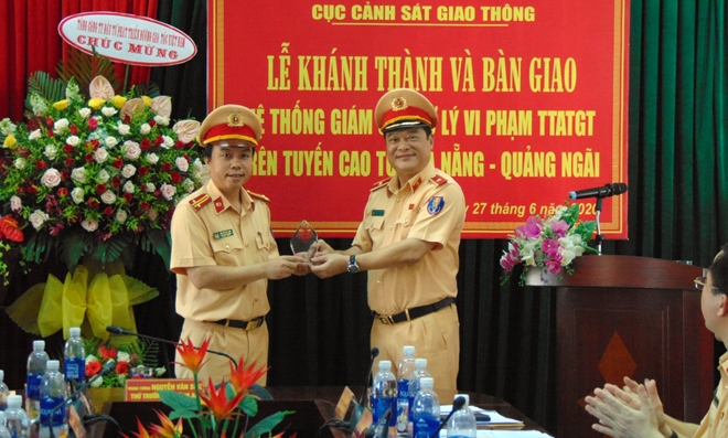 Major General Le Xuan Duc, Deputy Director of the Traffic Police Department, hands over the traffic monitoring system to Highway Traffic Control and Patrol Team No. 5.