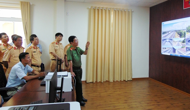 Deputy Minister Nguyen Van Son inspects the Control Center of the system.
