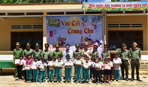 Youths of Quang Nam provincial police give gifts to local students.