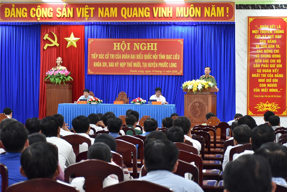 Deputy Minister Le Tan Toi speaks at the voters' meeting in Phuoc Long district, Bac Lieu province.
