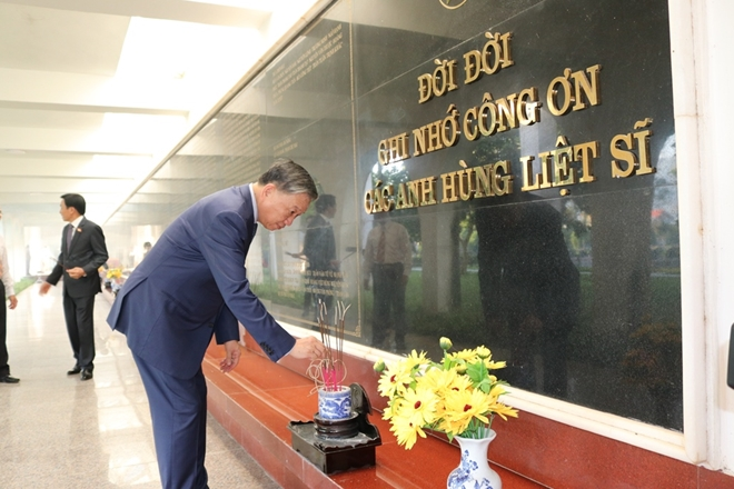 General To Lam, Minister of Public Security pays tribute to martyrs at A1 National Martyrs' Cemetery.