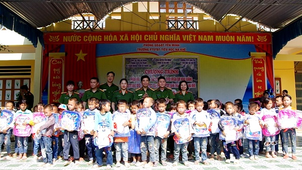 Ha Giang police give gifts to students in Na Khe Commune, Yen Minh District.