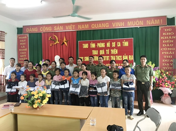 The charitable delegation offers gifts to students in Ban Ria commune, Quang Binh district, Ha Giang province.