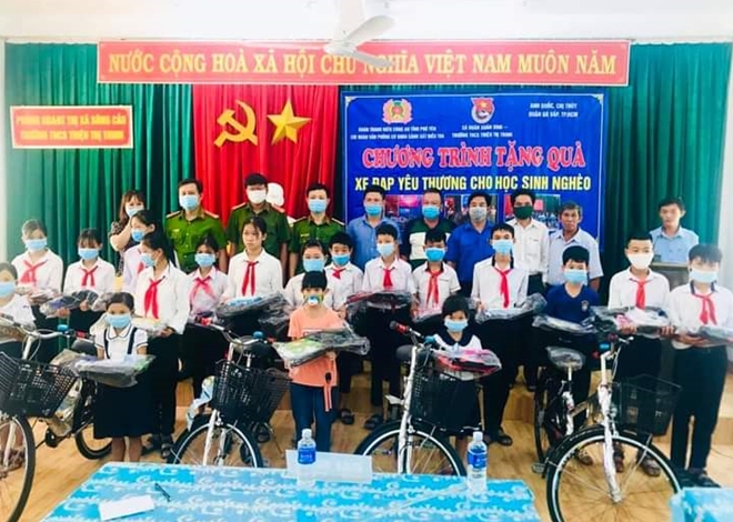 Youths of Phu Yen provincial police present school supplies and bicycles to students in Xuan Binh commune, Song Cau town.