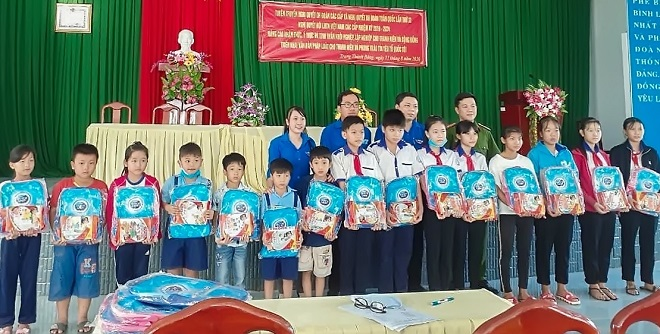 The Vinh Long police give gifts to local needy students.