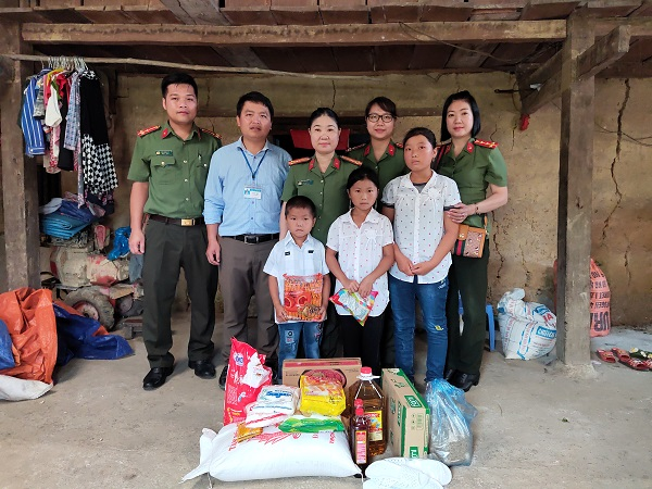 Members of the Women's Union chapter of the Ha Giang Police Inspectorate present gifts to locals in Tung Vai commune, Quan Ba ​​district.