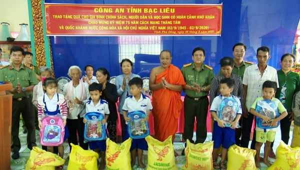 Officers of the Internal Security Division under the Bac Lieu Provincial Police Department give gifts to poor Khmer people and students.