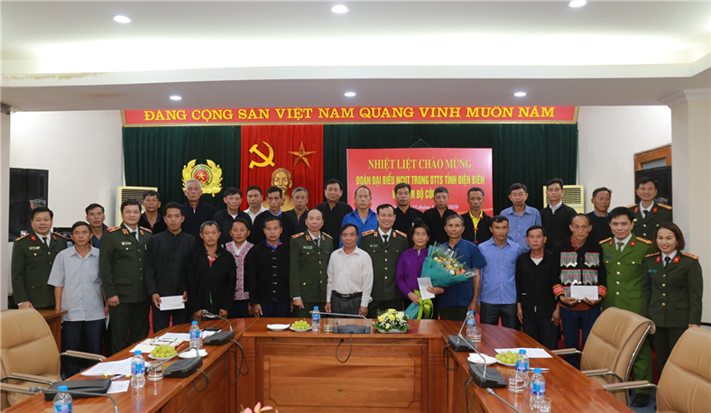 Deputy Minister Le Tan Toi and the delegates in a joint photo.