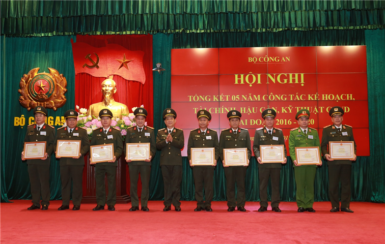 Deputy Minister Nguyen Van Son awards Certificates of Merit from the MPS to individuals with outstanding achievements.
