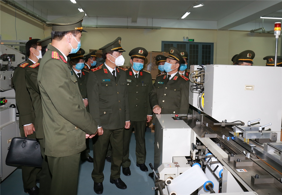 Deputy Minister Tran Quoc To and the delegation visit the Technical Center for Criminal Records and Archives.