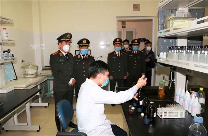 Deputy Minister Tran Quoc To and the delegation visit the Chemistry Division under the IST.
