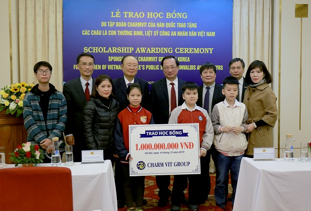 Mr. Lee Dae Bong awards VND one billion to the scholarship fund of the MPS.