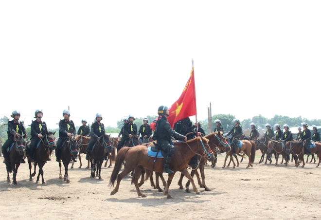 Officers and soldiers of the unit practice horse parade.