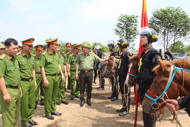 Deputy Minister Le Quoc Hung inquires after officers and soldiers at the unit.