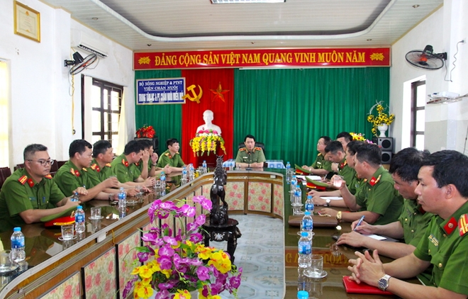 Deputy Minister Le Quoc Hung has a meeting with the unit's leaders.