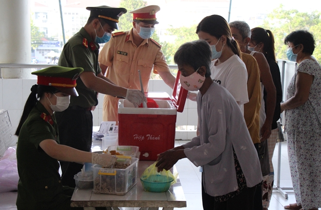 Police officers offer free porridge to poor patients in Binh Minh town.