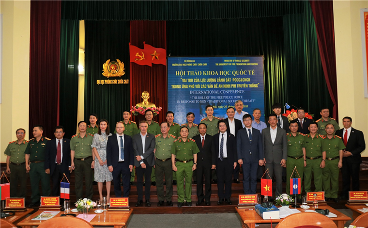 Deputy Minister Nguyen Van Thanh and delegates at the seminar.