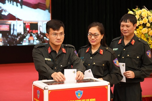 Lt. Gen. Pham Quoc Cuong and officers of the Mobile Police Command donate their money in a fund-raising event.