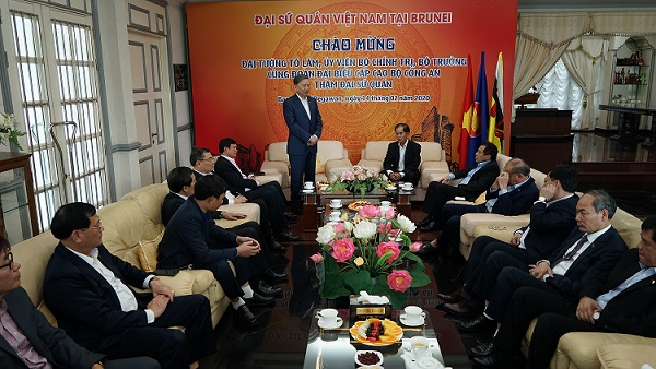 Minister To Lam, his entourage and the staff of the Vietnamese Embassy in Brunei.