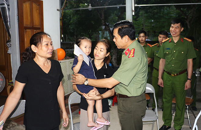 Leaders of the Nghe An police visit the family of Captain Sam Quoc Nghia.