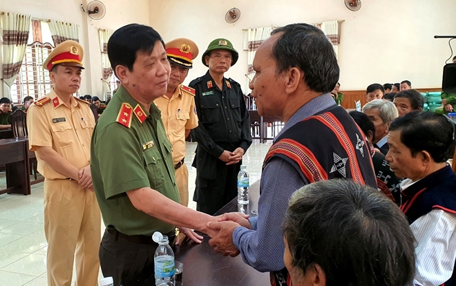 Deputy Minister Nguyen Van Son inquires after health of old-aged people in flood-hit Phu Tuc village, Hoa Phu commune.